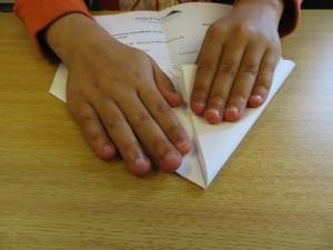 Papierflieger sind eine tolle Sache. Viel mehr Spass macht es, wenn Mama oder Papa Zeit haben, zusammen einen Flieger zu falten.